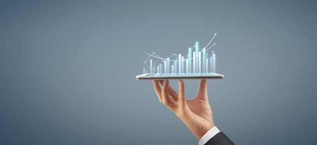 Wzrost wykresu biznesplanu i wzrost pozytywnych wskaźników wykresu w jego biznesie z tabletem w dłoni