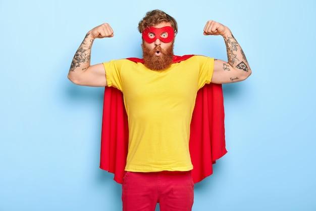 Wzruszający zdziwiony bohater męski ma szlachetne cechy, demonstruje siłę z podniesionymi rękami