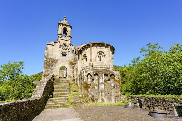 X-wieczny romański klasztor caaveiro w parku przyrody as fragas do eume galicja hiszpania