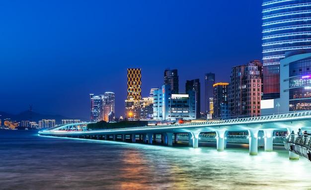 Xiamen linia brzegowa budynku pejzażu miejskiego nocy widok