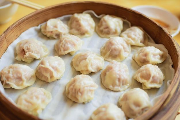 Xiao long bao to popularny chiński dim sum na parze w bambusowych parowcach.