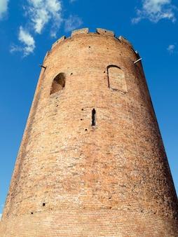 Xiii-wieczna wieża obronna zwana białą wieżą lub białą wezą w kamieńcu. ta wieża jest jednym z najbardziej rozpoznawalnych symboli architektonicznych białorusi.