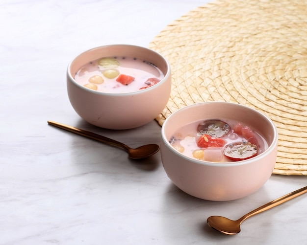 Ximilu lub es campur hongkong, wykonane z galaretki, perły tapioki, arbuza, melona, słodkiej bazylii (selasih) i mleka kokosowego lub mleka skondensowanego, miejsce na tekst