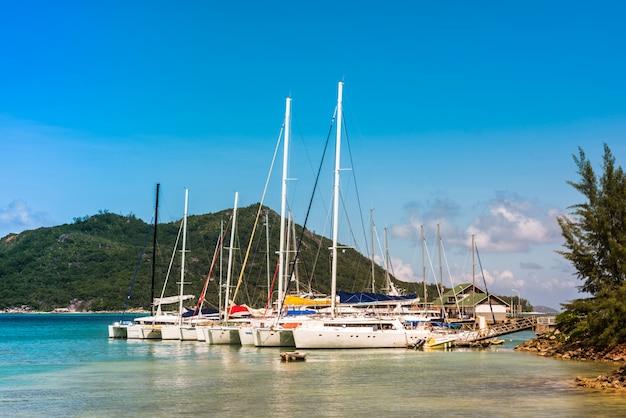 Yachts marina na wyspie praslin na seszelach