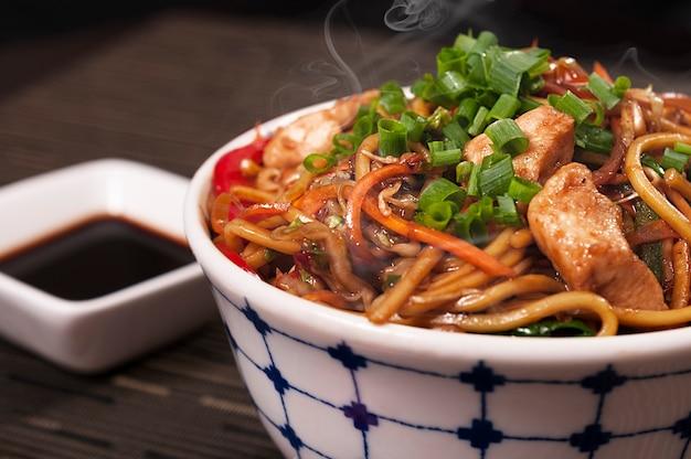 Yakisoba japońskie danie z kurczaka, azjatyckie jedzenie, pyszne chińskie danie z lámen, organiczne owoce morza