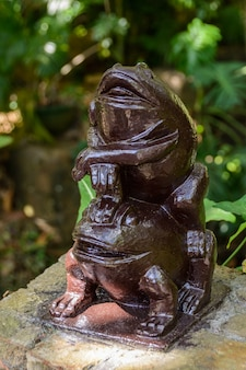 Yanoda, hainan, chiny - 11 stycznia 2020: figurka żab w tropikalnym lesie w parku yanoda w mieście sanya. wyspa hainan, chiny.