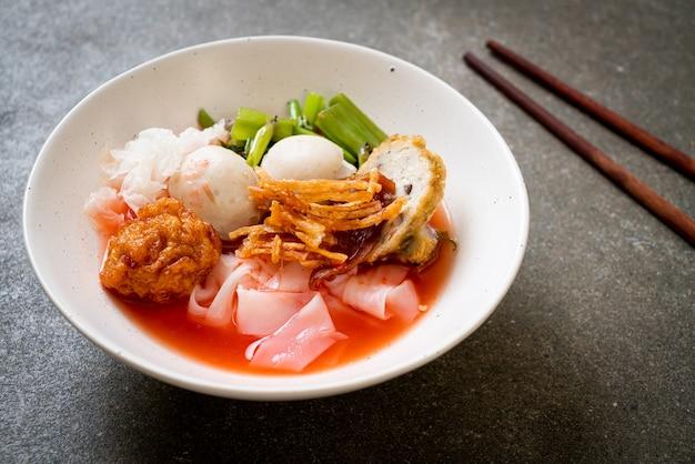 (yen-ta-four) - makaron po tajsku z bukietem tofu i kulką rybną w czerwonej zupie - po azjatyckim stylu