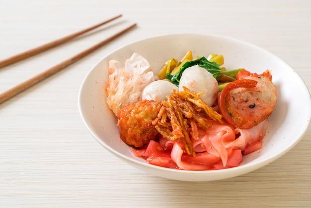 (yen-ta-four) - wytrawny makaron po tajsku z mieszanym tofu i kulką rybną w czerwonej zupie - azjatycki styl