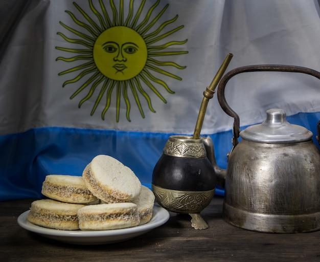 Yerba mate i indyk z alfajores ze skrobi kukurydzianej i dulce de leche. tradycja argentyńska