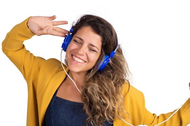Yoman słucha muzyki w niebieskich słuchawkach.