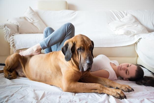 Yong woman i jej pies w domu