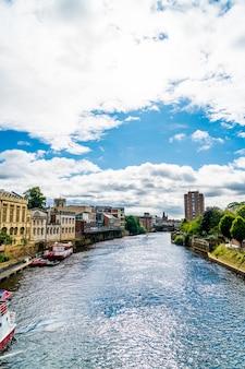 York city z rzeką ouse w york uk.