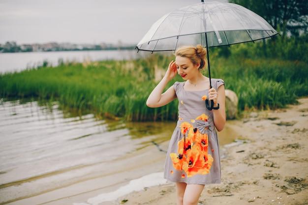 Yound i ładna dziewczyna w letnim parku