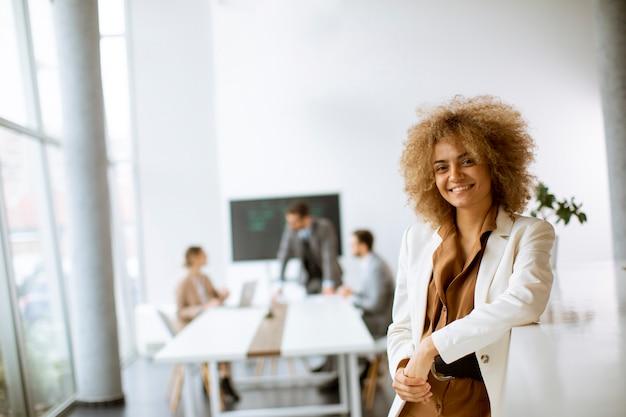 Young african american businesswoman stojącej w nowoczesnym biurze