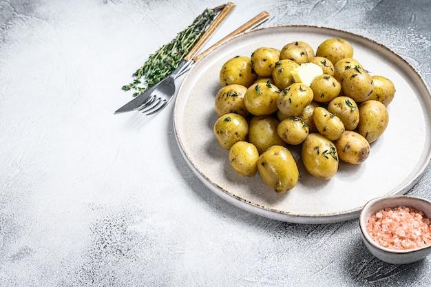 Young fresh domowe ziemniaki gotowane z tymiankiem