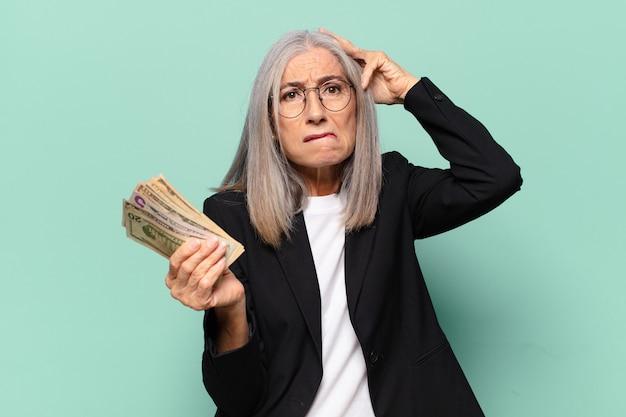 Ysenior ładna bizneswoman z banknotów dolarowych. koncepcja pieniędzy