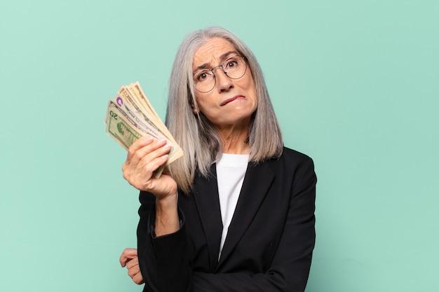 Ysenior ładna bizneswoman z banknotów dolarowych