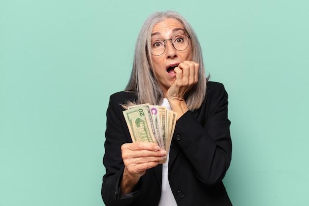 Ysenior ładna kobieta z banknotów dolara. koncepcja pieniędzy