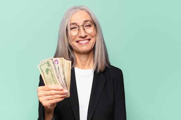 Ysenior ładna Kobieta Z Banknotów Dolara. Koncepcja Pieniędzy Premium Zdjęcia
