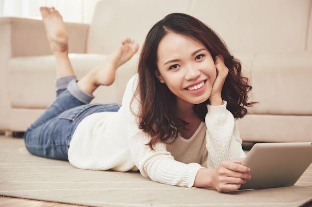 Yuong wietnamska kobieta odpoczywa w domu