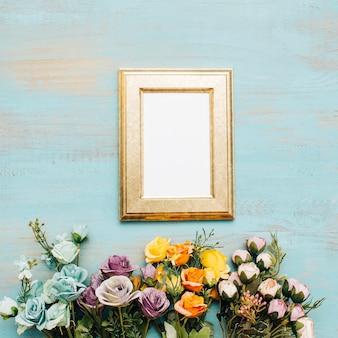 Złota ramka z kwiatami.