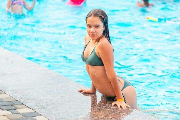 Z basenu wyłoniła się szczęśliwa ładna nastolatka