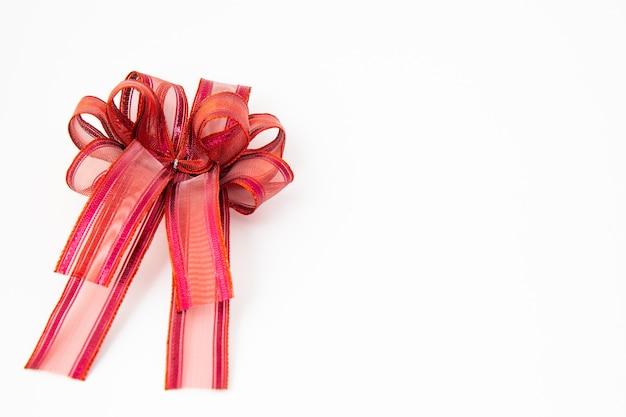 Z bliska czerwoną wstążką lub kokardką udekoruj pudełko