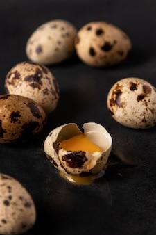 Z bliska jaja przepiórcze z pękniętą skorupą