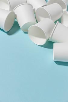 Z bliska kolekcja plastikowych kubków