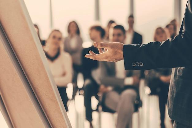 Z bliska mówca składa raport dla zespołu biznesowego