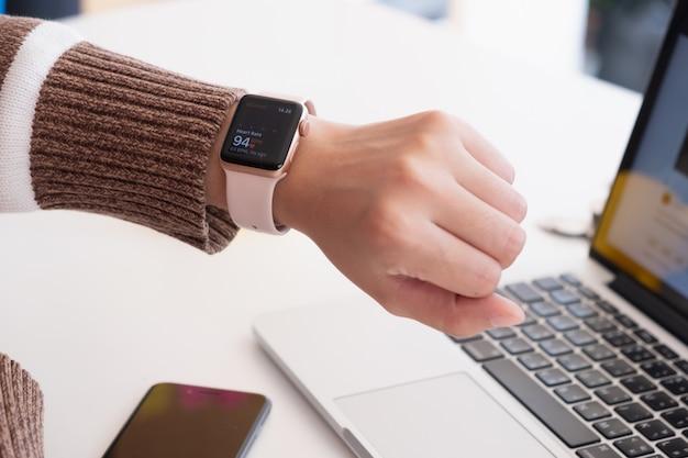 Z bliska nowy sport smartwatch na nadgarstku kobiet, chiang mai, tajlandia