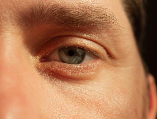 Z bliska strzał piękne męskie oko