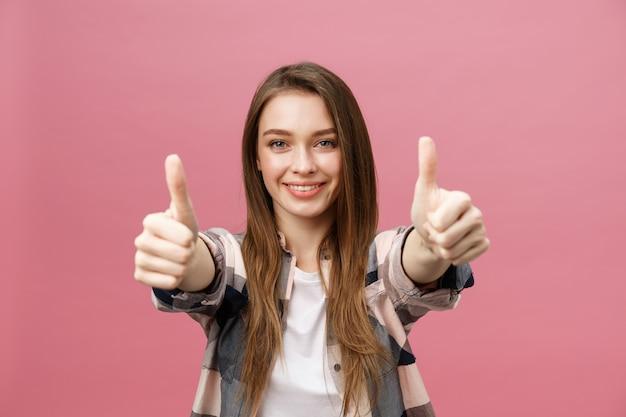 Z bliska strzał uśmiechnięta ładna dziewczyna pokazując kciuk gest