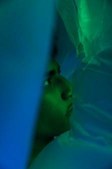 Z boku portret mężczyzny z plastikową folią