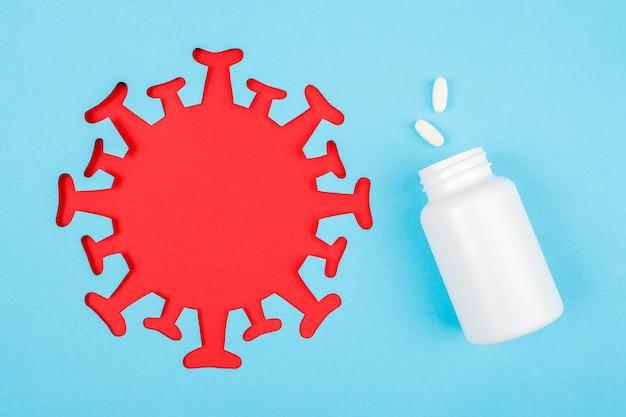 Z butelki medycznej wylatują dwie tabletki. suplementy diety, antybiotyki, środki przeciwbólowe i czerwony abstrakcyjny obraz drobnoustroju bakteryjnego wirusa