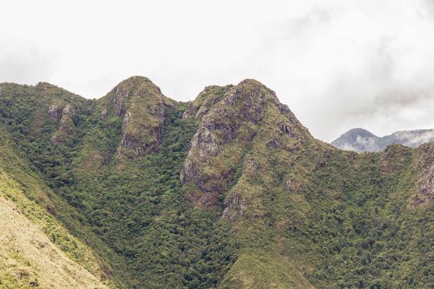 Z cienkiego górskiego toru w brazylii