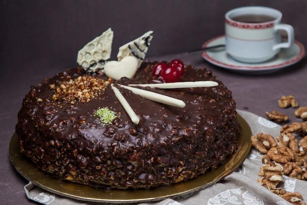Z góry ciasto orzechowe z orzechiem włoskim i filiżanką herbaty w szmatce