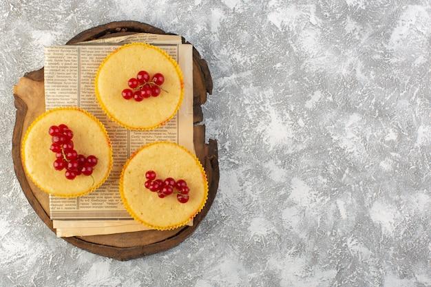 Z góry daleki widok ciasto z żurawiną pyszne pieczone na jasnym tle ciasto biszkoptowo-cukrowe słodkie