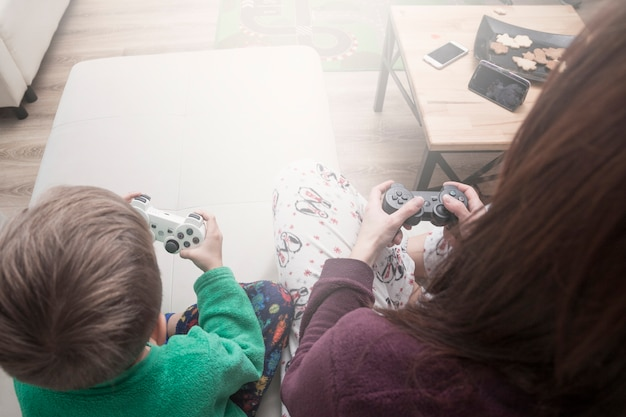 Z góry matka i syn grają w gry wideo