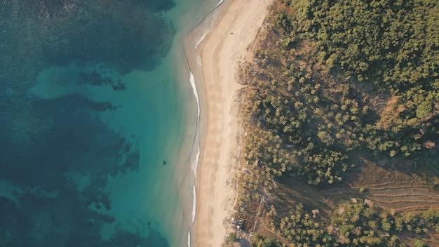 Z góry na dół tropic seascape na piaszczystej plaży antenowe. nikt nie krajobraz natury zielonego lasu tropikalnego