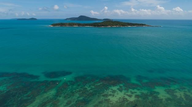 Z góry na dół widok z lotu ptaka drone kamery piękne turkusowe morze czystej wody z łodzi rybackich z długim ogonem w morzu latem tropikalna wyspa phuket w południowej tajlandii niesamowity krajobraz.