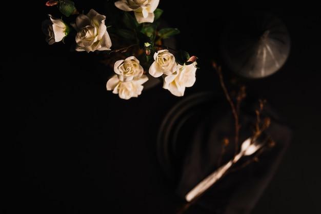 Z góry róż w wazonie