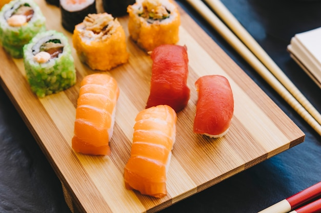 Z góry sushi na pokładzie z drewna
