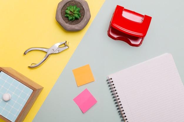 Z góry ułożonych materiałów biurowych