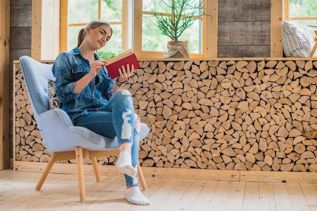 Z klasą młoda kobieta patrzeje książkę