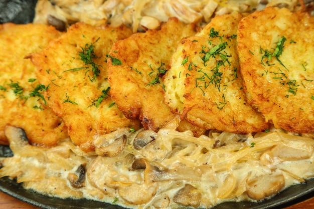 Z kurczaka z sosem grzybowym