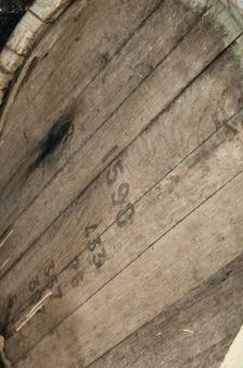 Z liczbami zbliżenie drewnianej beczki