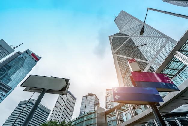 Z niskiego kąta wieżowiec we współczesnych chińskich miastach