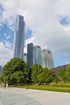 Z niskiego wieżowca w nowoczesnych chińskich miastach
