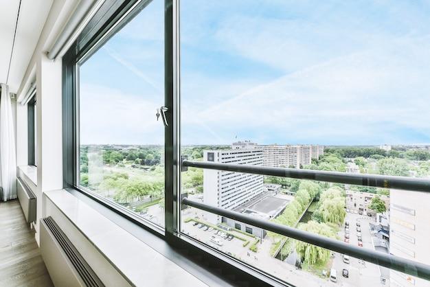 Z okna piękny widok na budynek mieszkalny